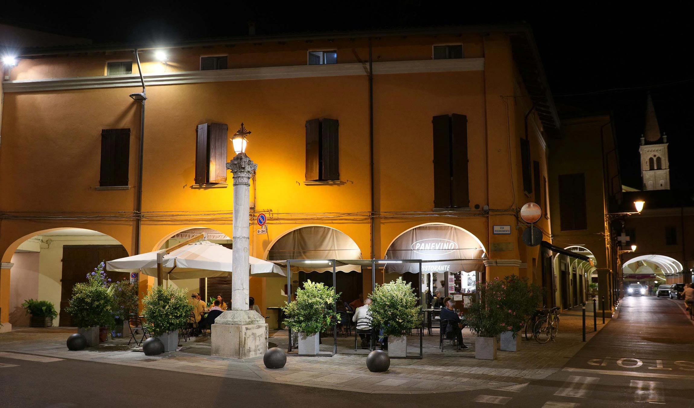 Panevino è un ristorante sotto i portici di un'antica casa con annesso B&B